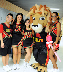 Cheerleaders with Lenny the Lion